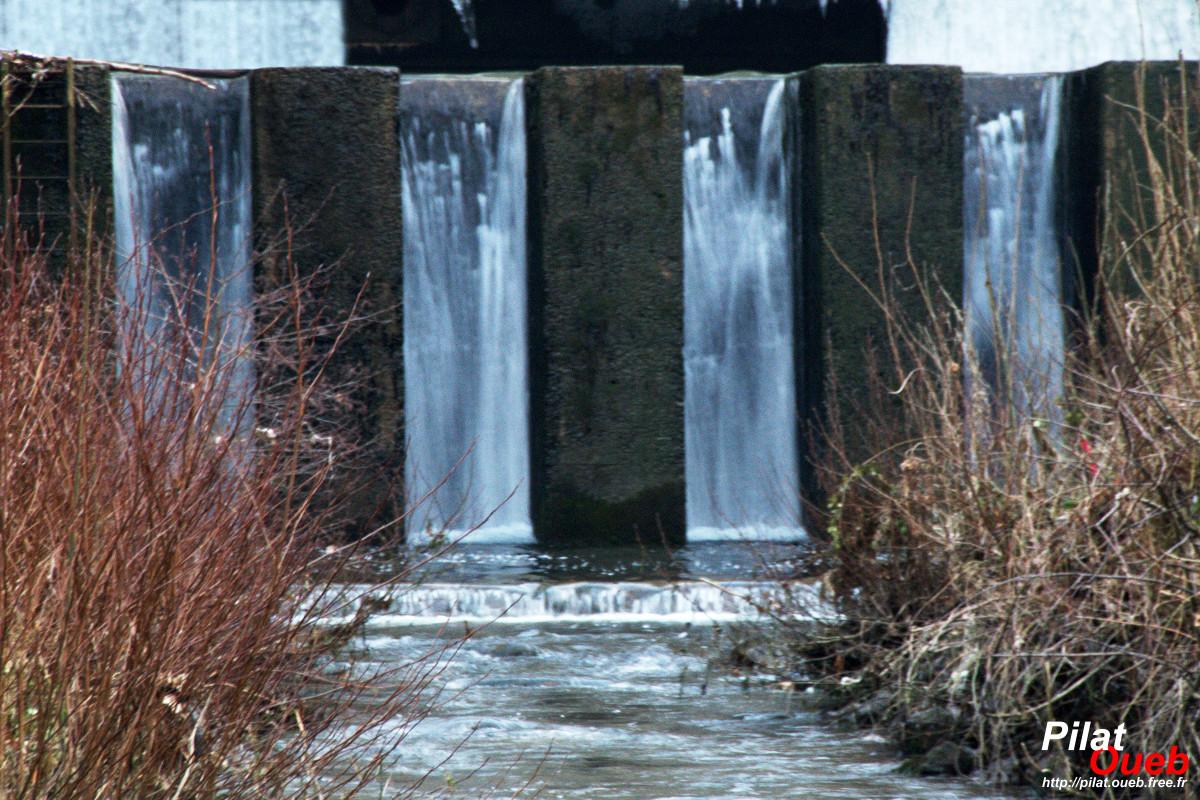 Le déversoir gelé<br/>(janvier 2009)